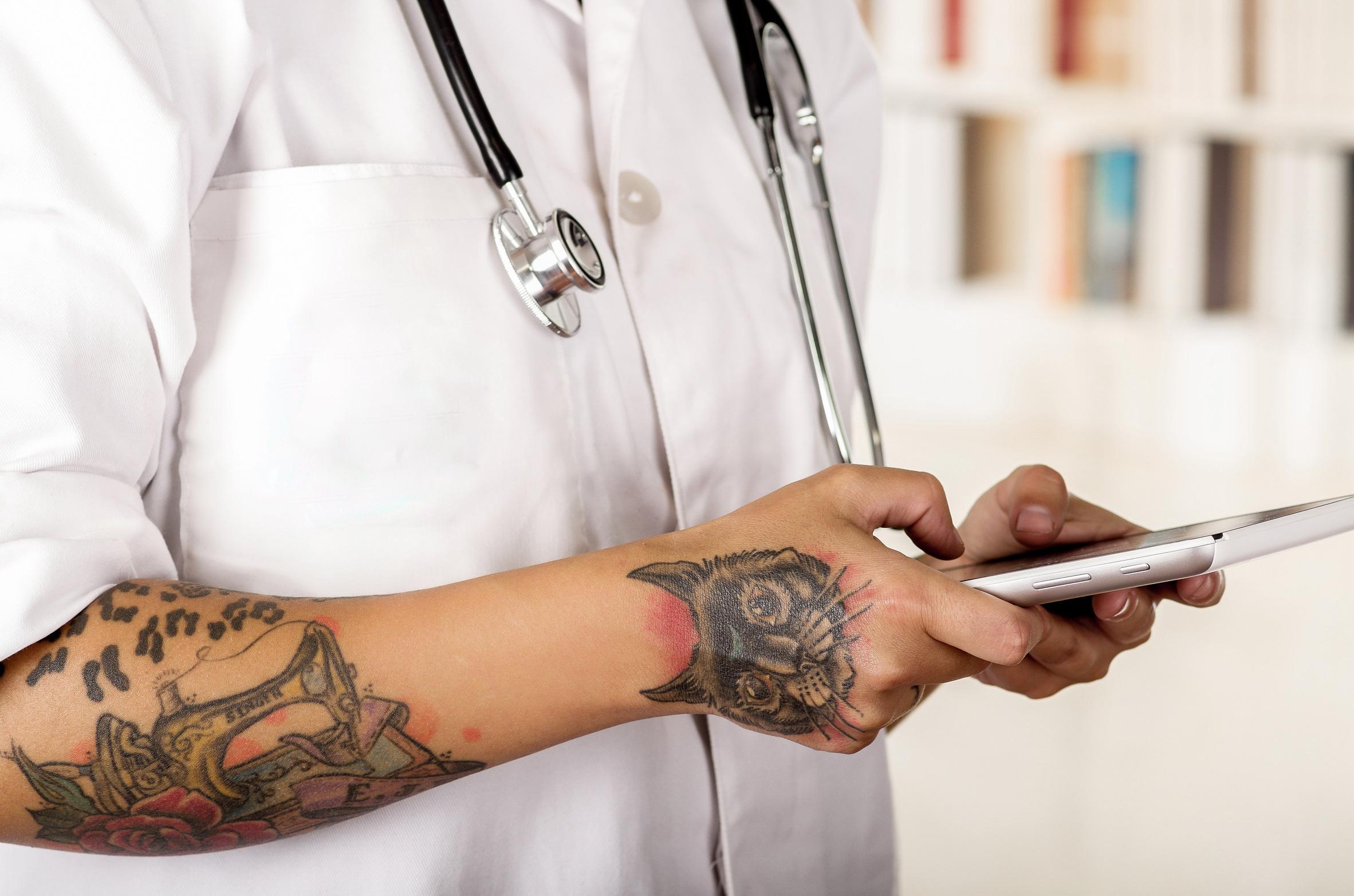 praxismitarbeiter mit tattoos und piercings